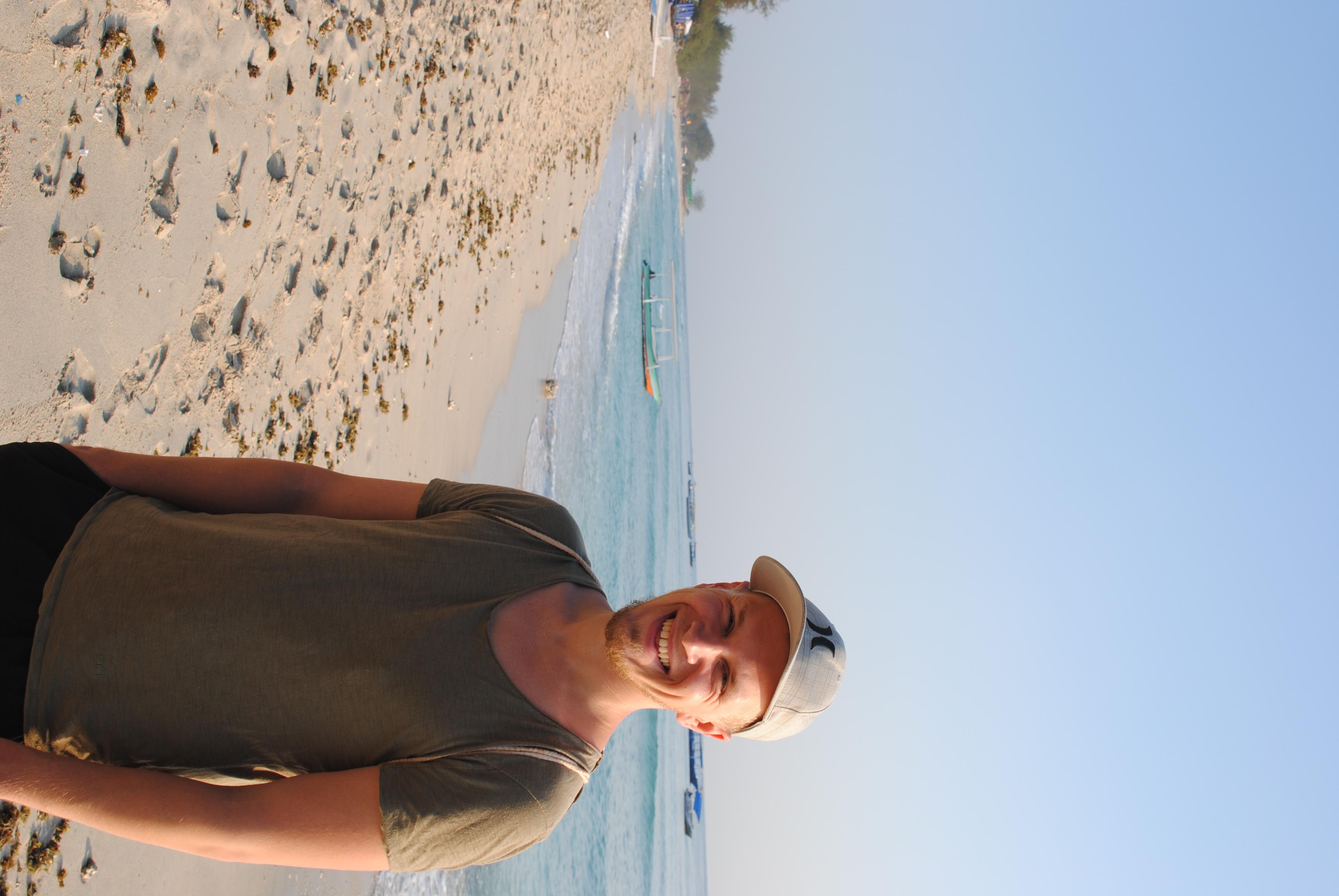 Die ersten Sonnenstrahlen des Tages am Strand genießen.
