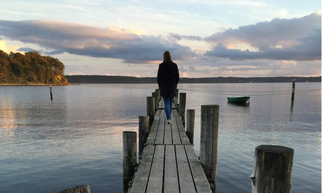 Frau auf Steg in Schweden