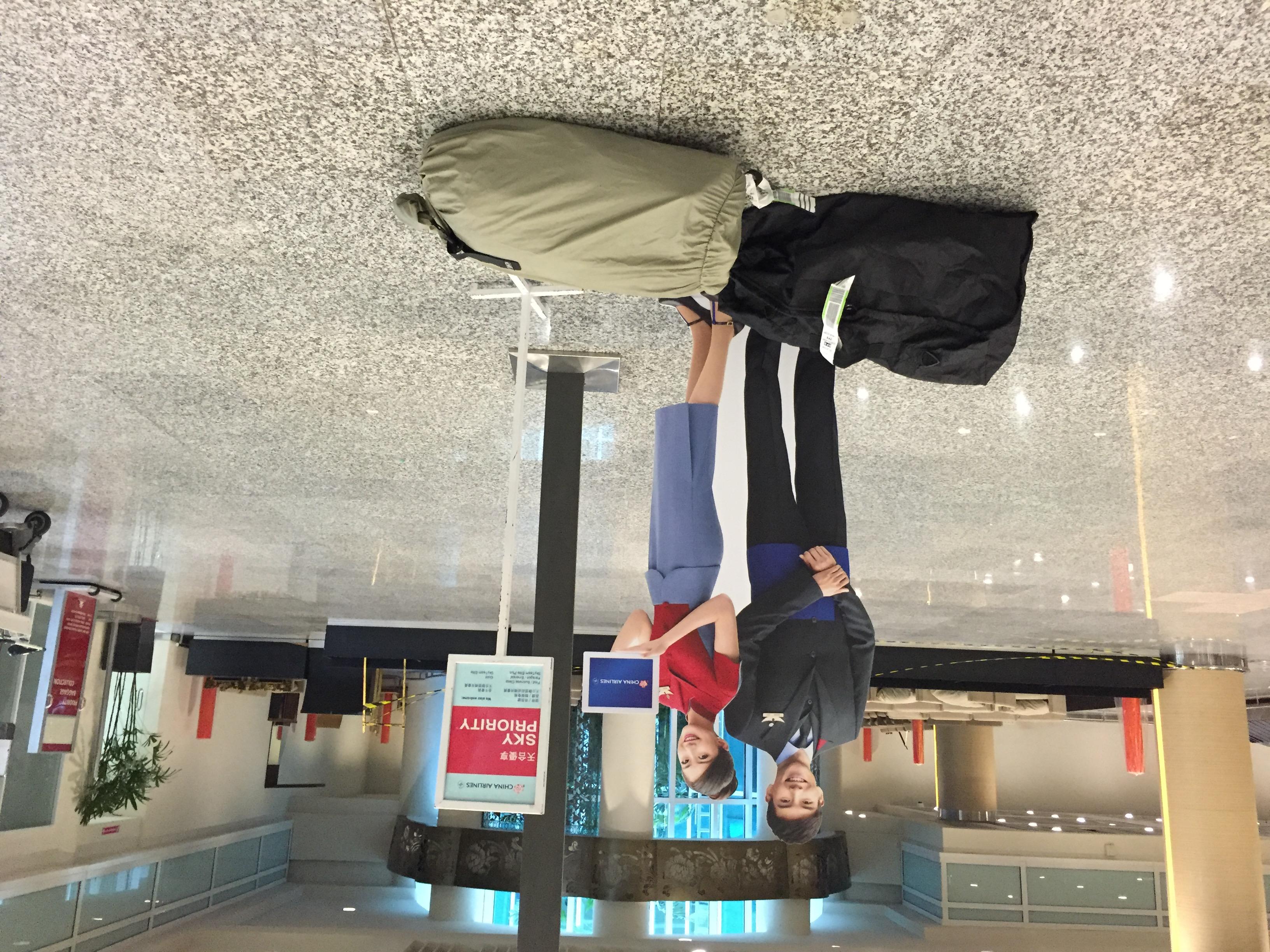 Unser Gepäck auf dem Boden der Flughalle in Denpasar