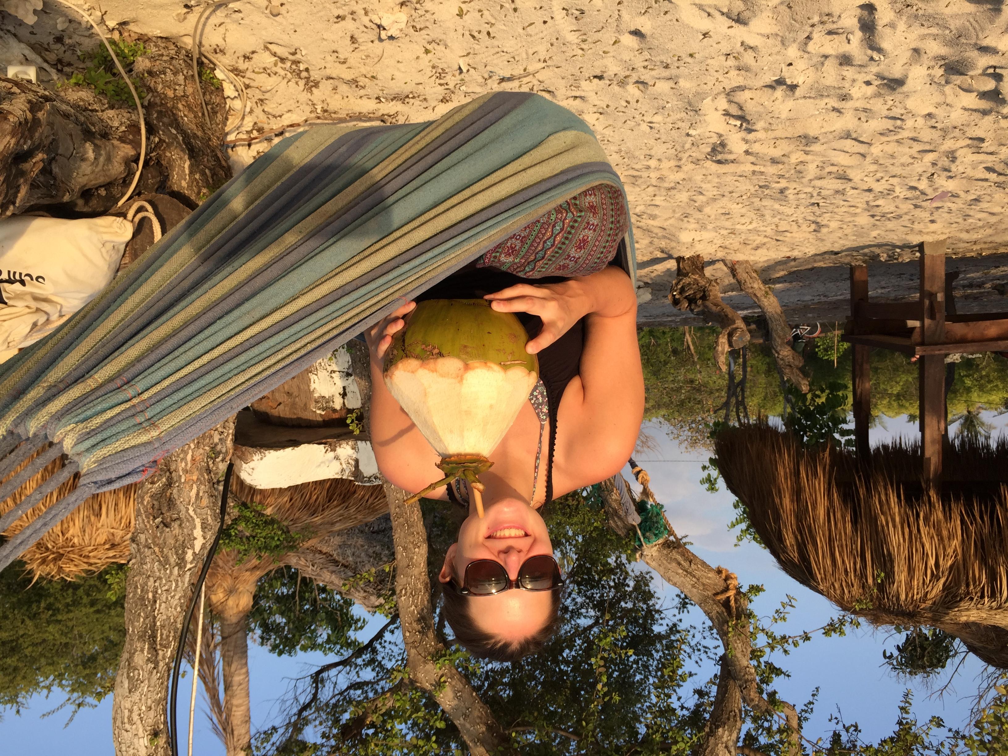 Wenn eine Kokosnuss vom Baum fällt, ist Angelique sofort da und trinkt sie aus.