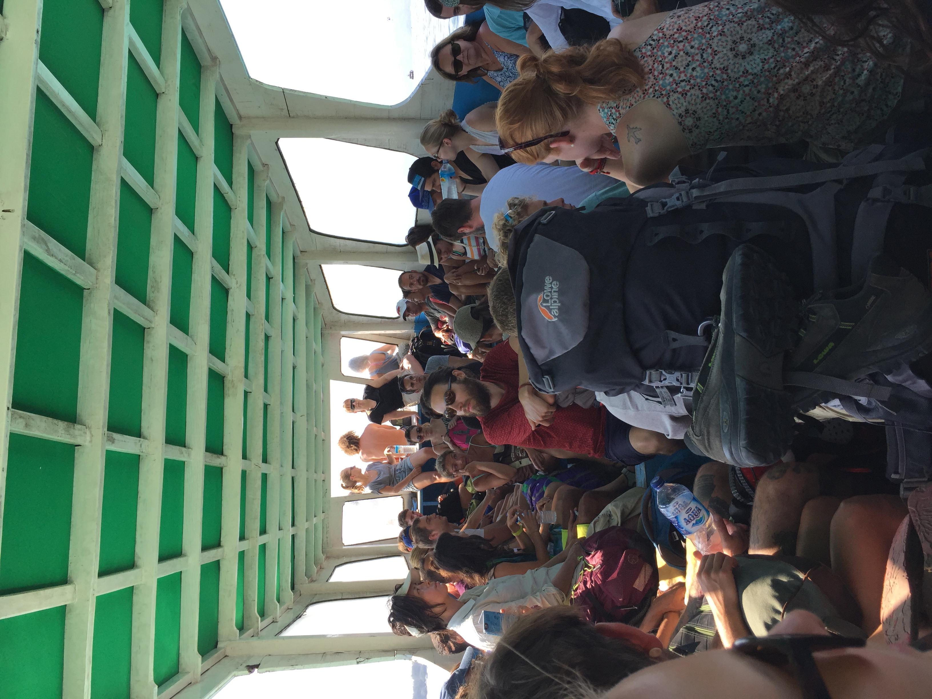 Wenn 25 Menschen auf ein Boot passen, dann müssen in Indonesien nur noch 50 drauf und es geht los.