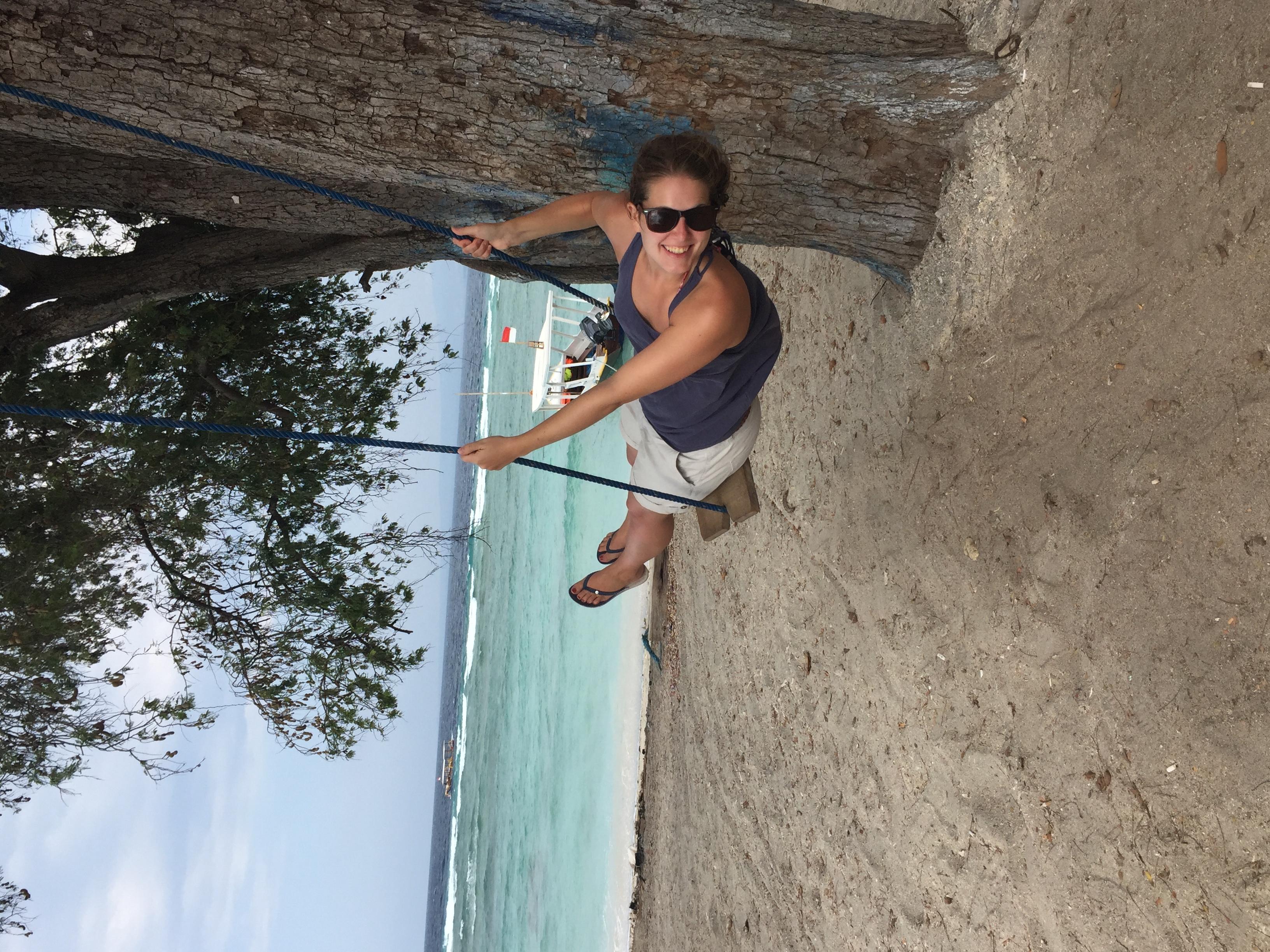 Schaukelspaß am Strand.