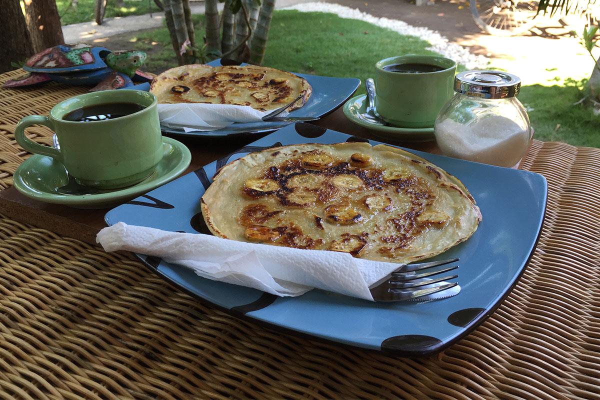 Frische Bananenpfannkuchen zum Frühstück auf der Terasse des Little Elephant.