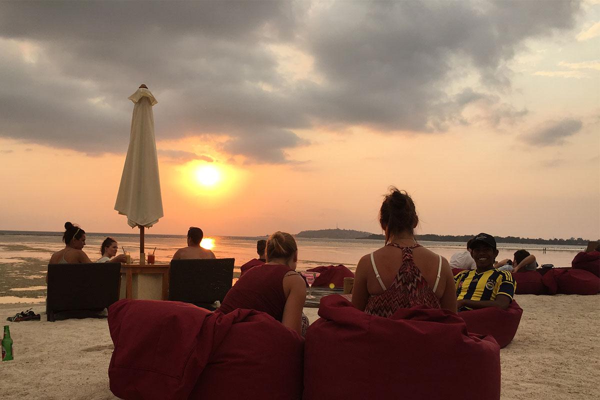 frauen-sitzsack-strand-sonnenuntergang-gili-air