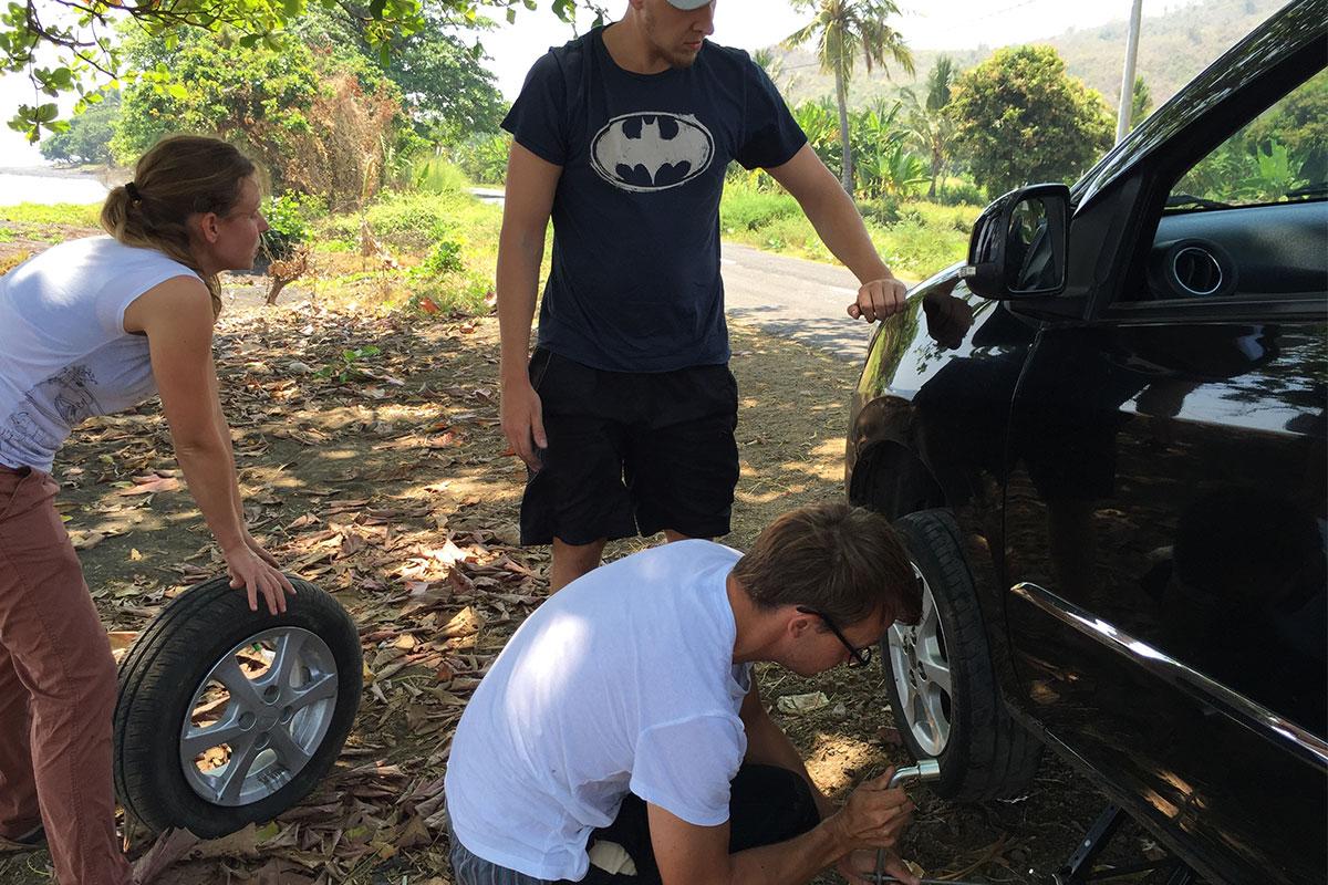 ...haben es tatsächlich geschafft den Reifen zu wechseln.