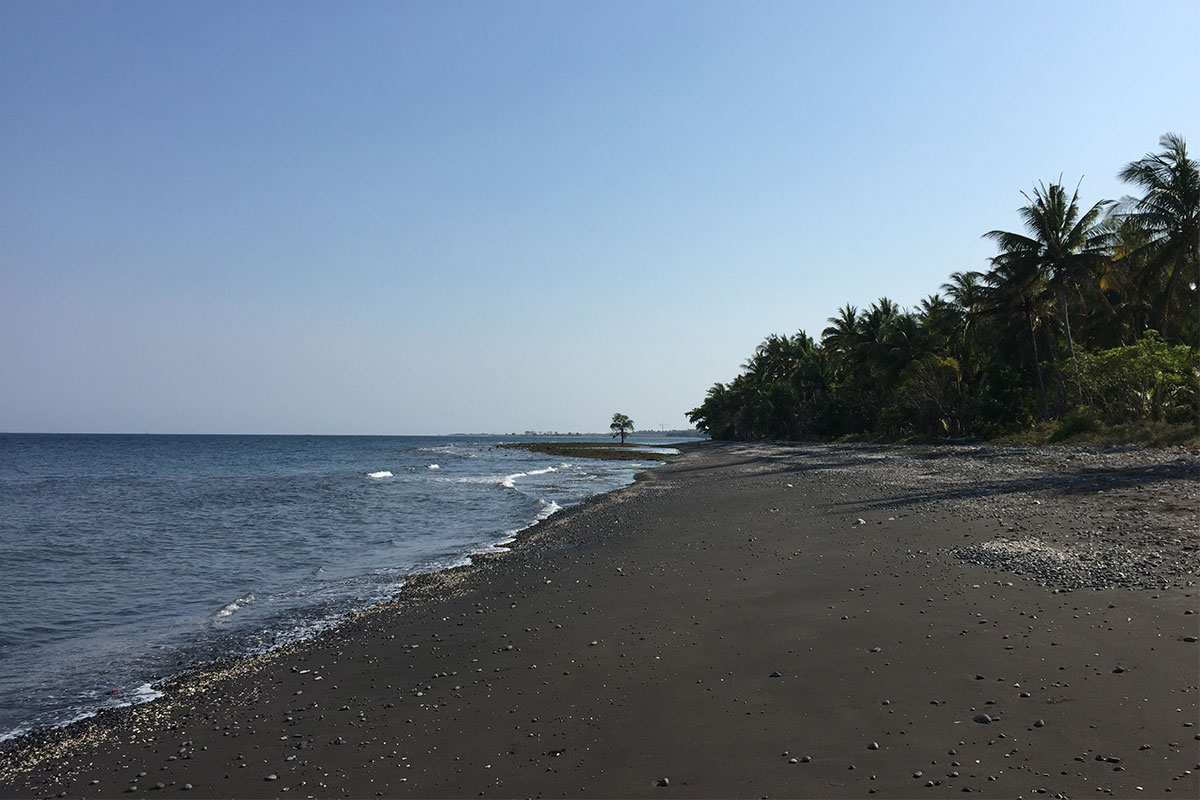 Auf dem Weg zum Siola hielten wir kurz am schwarzen Strand.