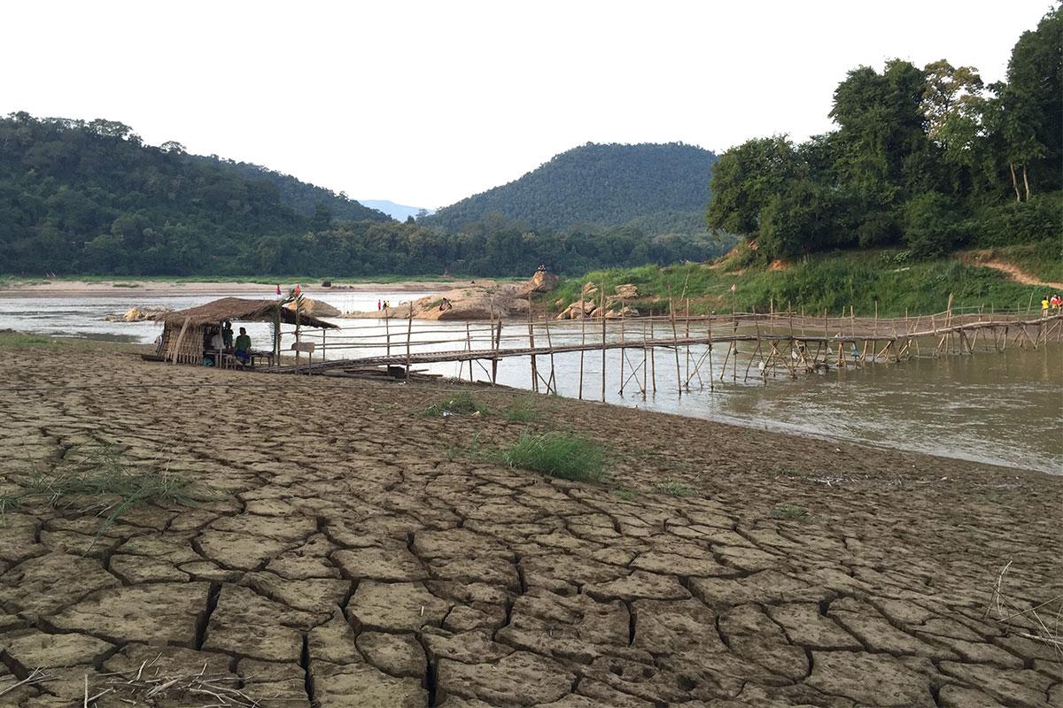 Holzbruecke-rissige-Erde-Luang-Prabang-Laos