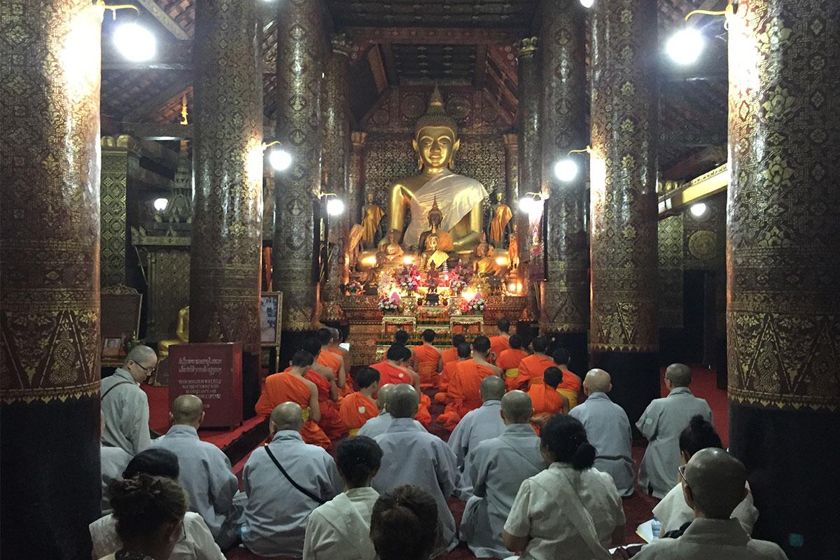 Tempelgebet-Luang-Prabang-Laos