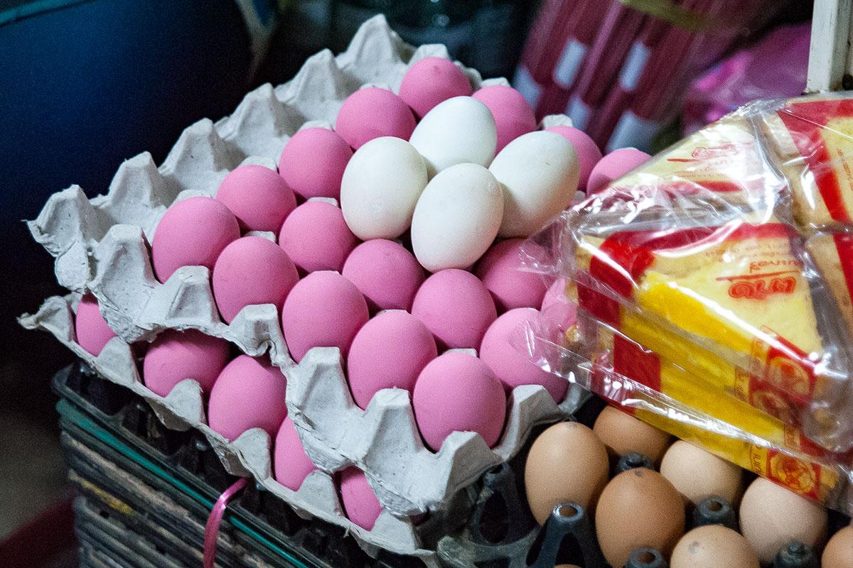 Bei Koh Lanta oder auch als tausendjährige Eier bekannt, handelt es sich um drei Monate alte Eier die so fermentiert werden, dass sie schwarz und glibberig sind.