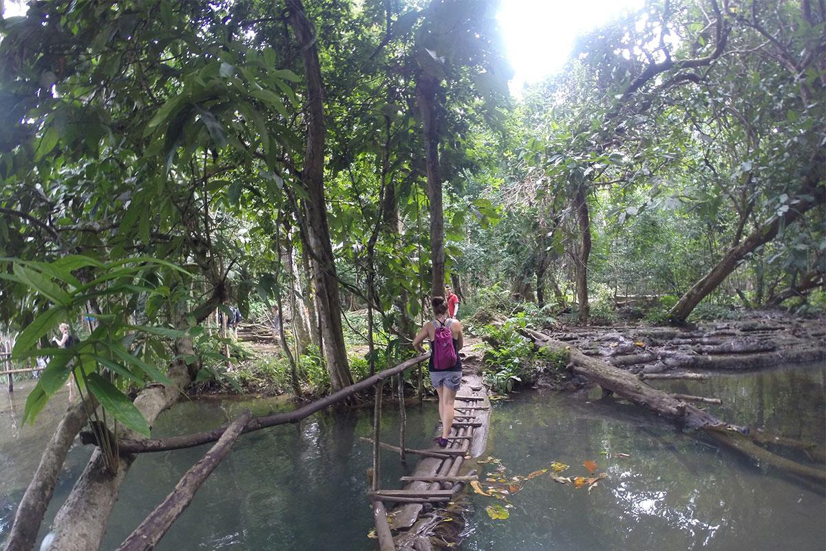 Auf dem Weg zur Spitze des Kuang Si Wasserfalls.