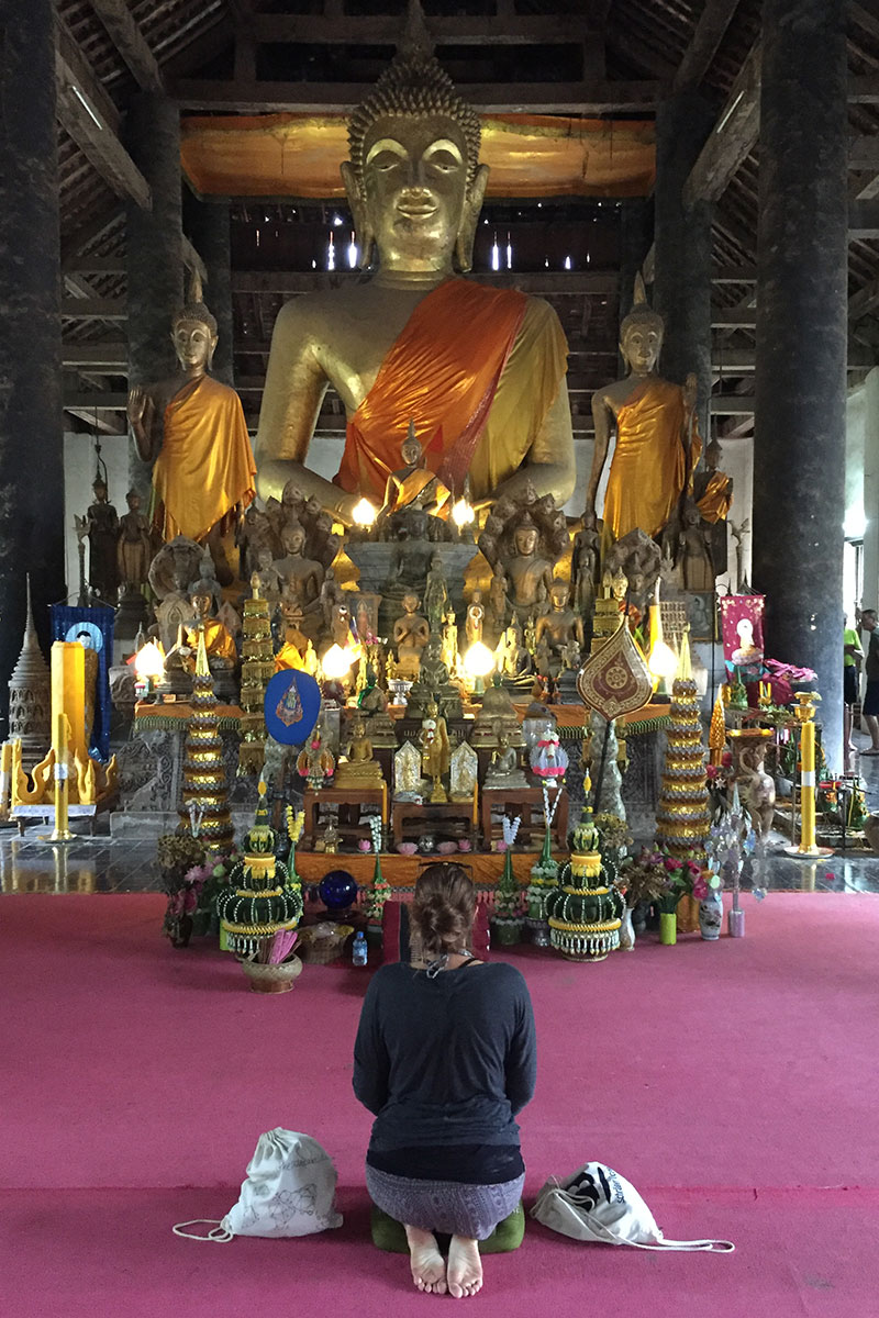 frau-tempel-buddha-luang-prabang-laos
