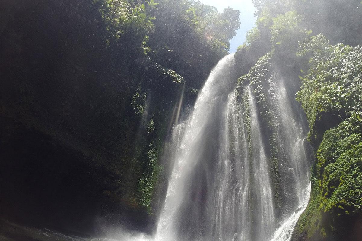 Unter dem Wasserfall hindurch schwimmen.