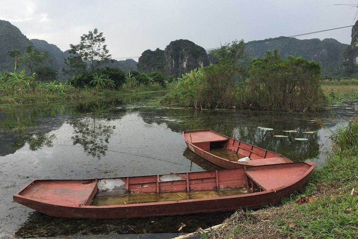 boote-in-trockener-halong-bay-ninh-binh-vietnam
