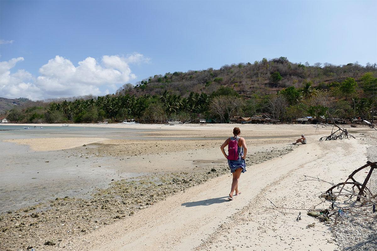 frau-am-strand-gili-gede-lombok