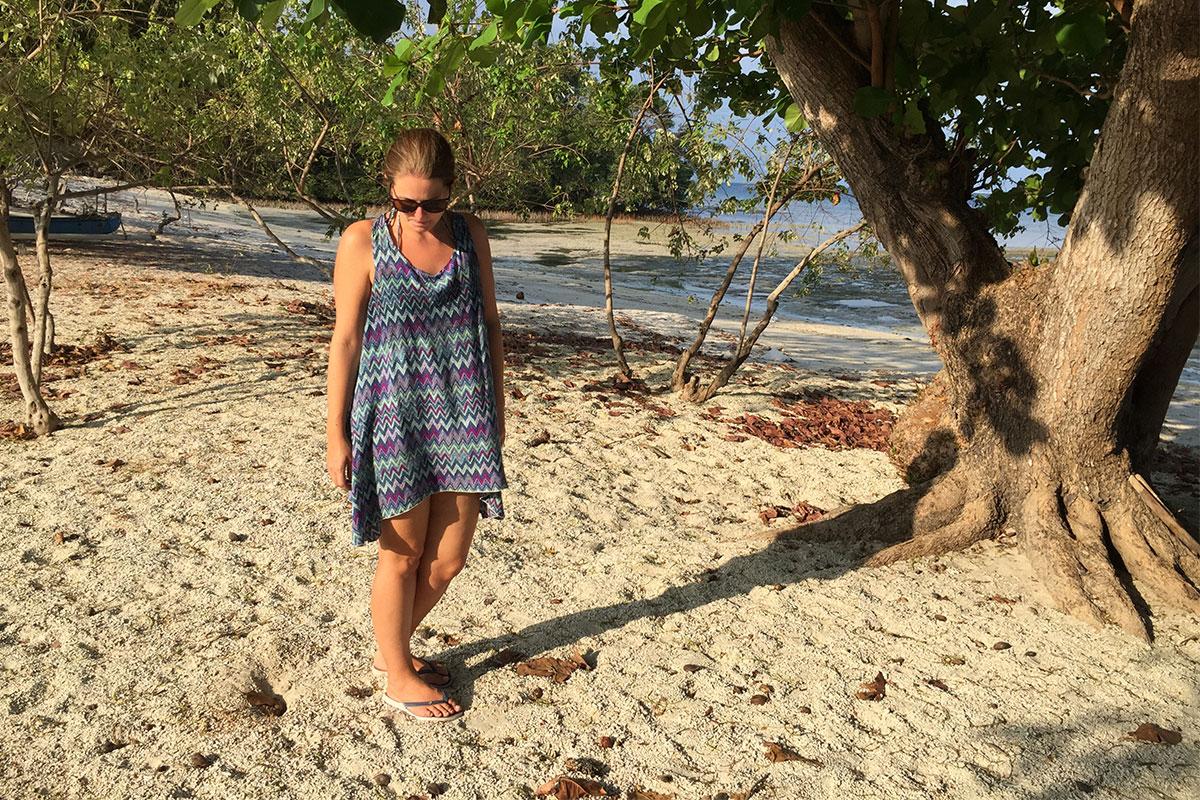 frau-am-strand-und-sand-gili-gede-lombok
