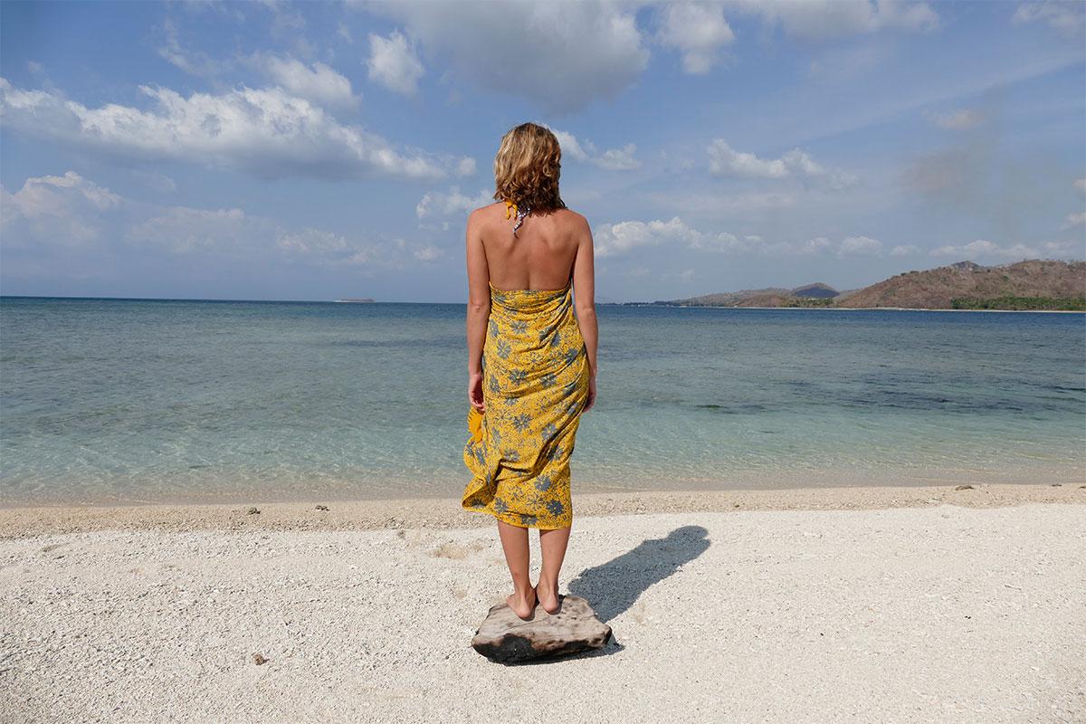 frau-auf-stein-am-strand-gili-gede-lombok