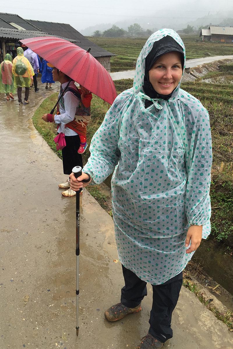 Während uns Guide auf einen Regenschirm setzt, hat sich Angélique für einen stylischen Plastikponcho entschieden.
