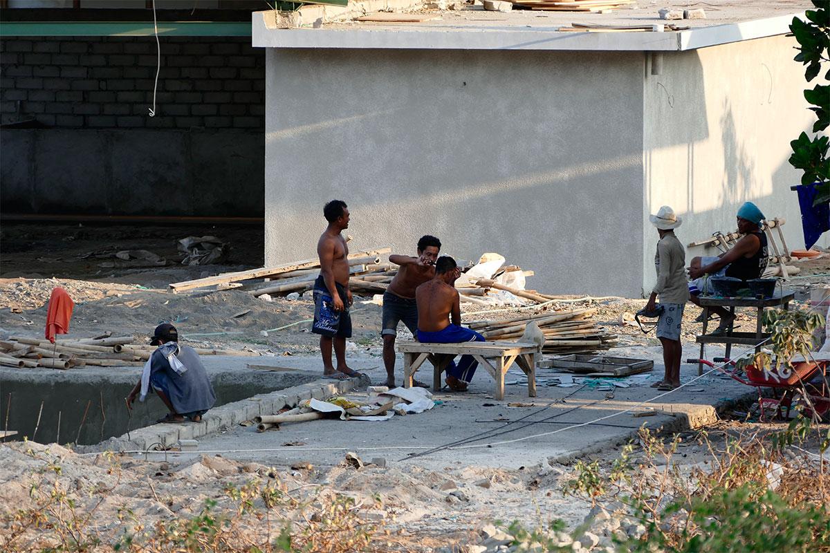 Ganz normal in Indonesien: Haare schneiden mitten auf der Baustelle.