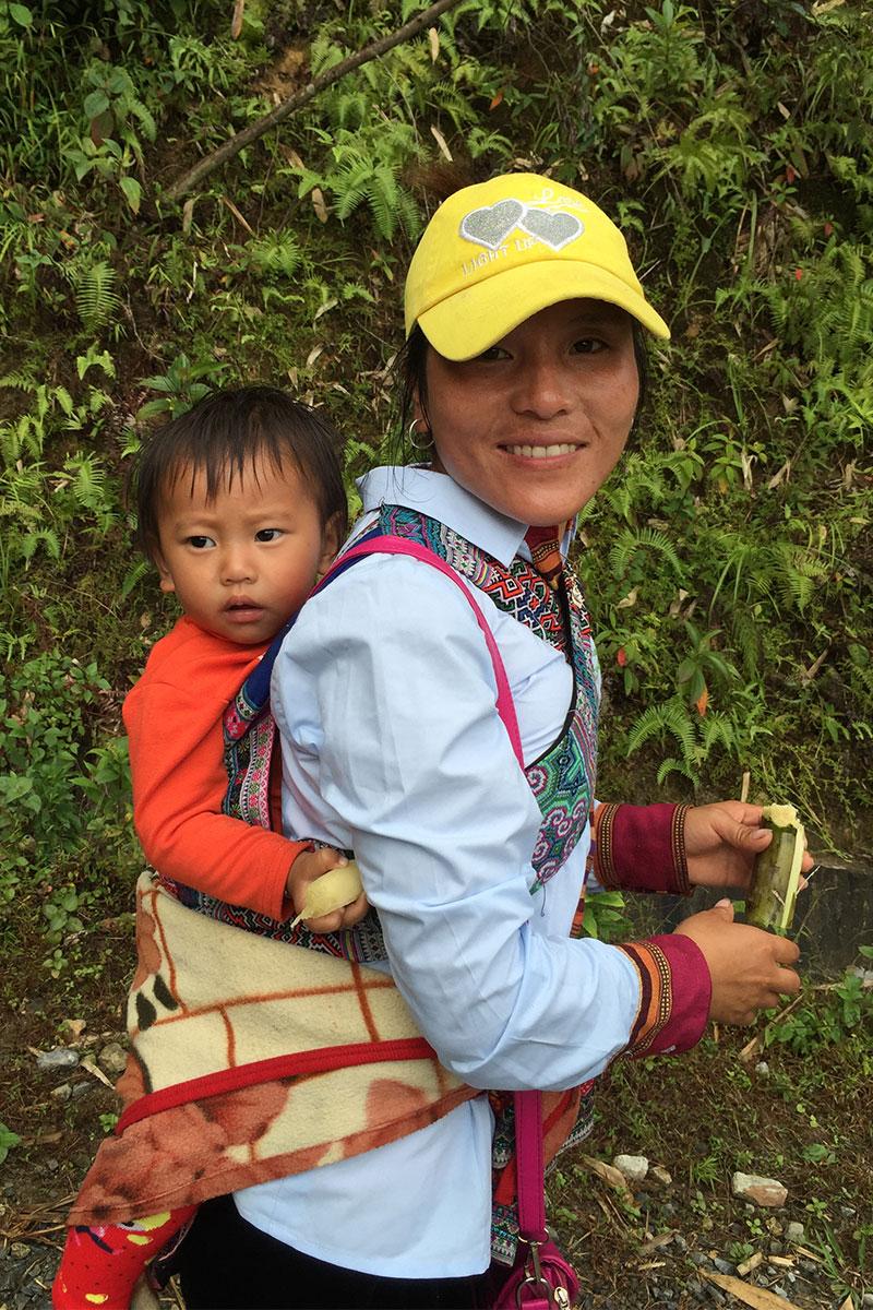 Unser Guide Sue legte den kompletten Treck mit  Baby Ling auf dem Rücken zurück.