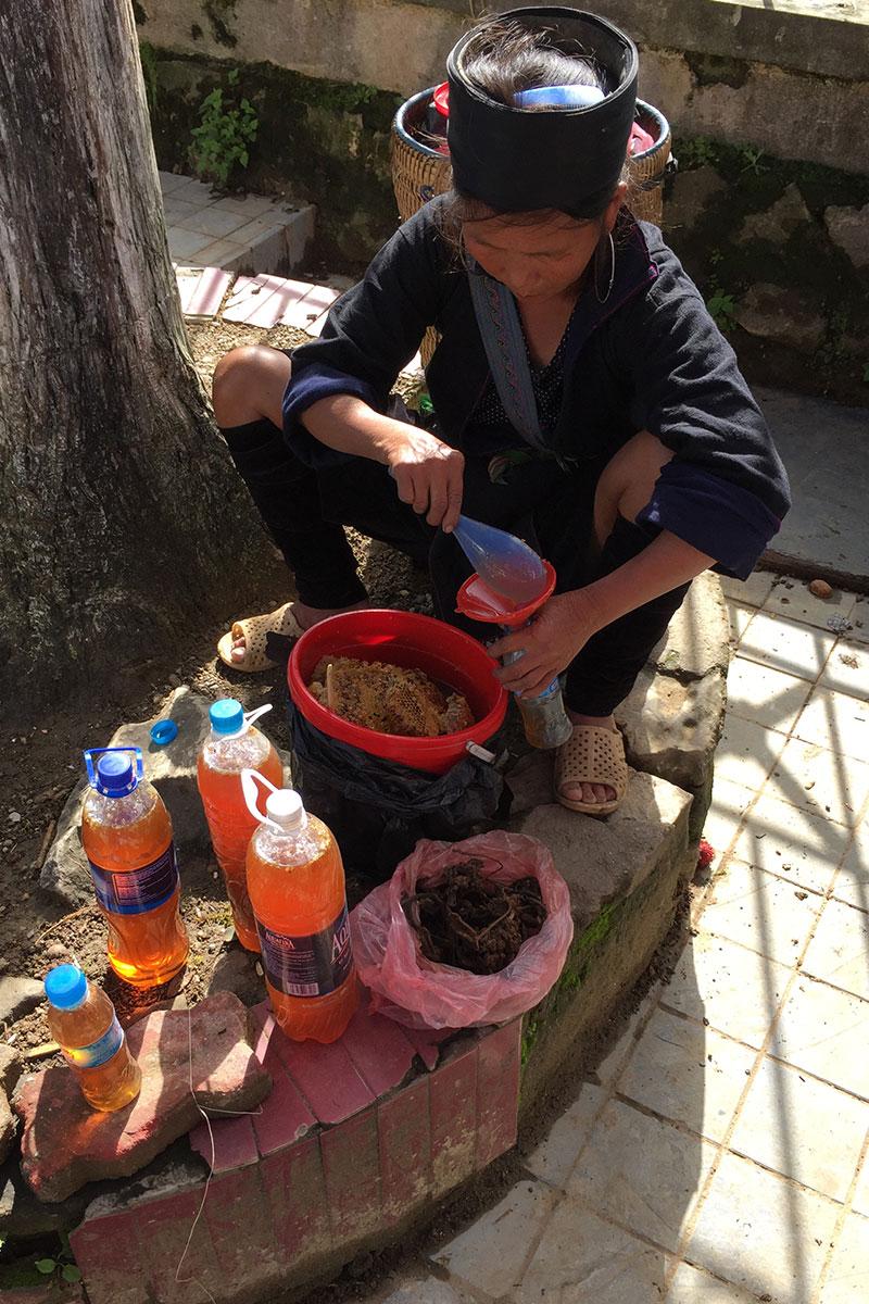 Eine Frau von Stamm der Black Thai verkauft frischen Honig.