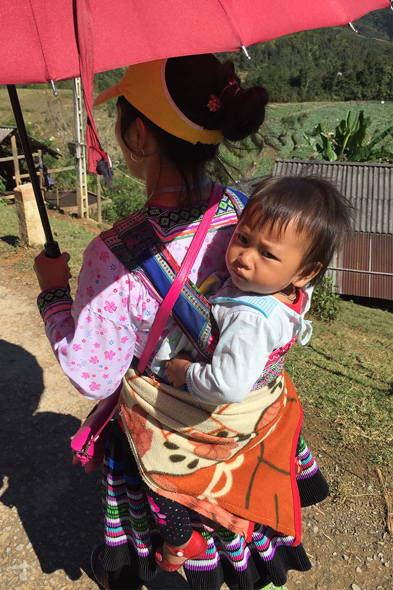 hmong-frau-mit-baby-sapa-vietnam