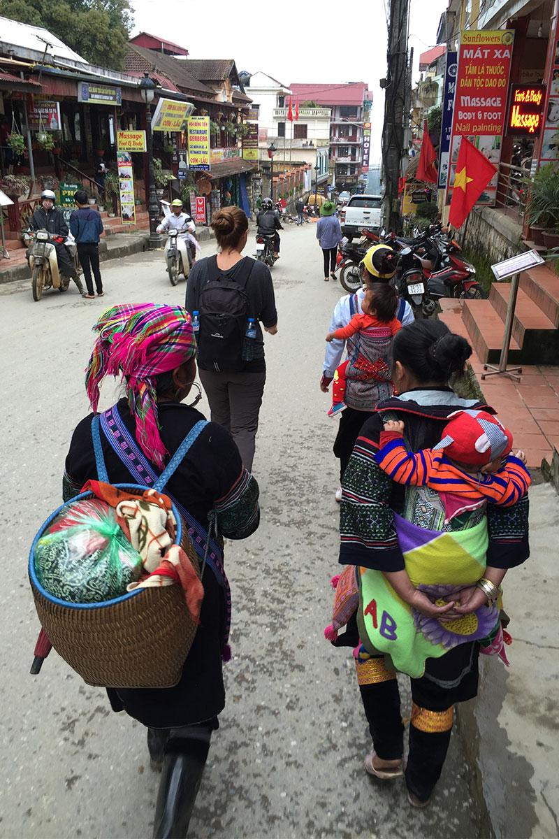 Hmong Frauen begleiten uns. Ab drei ist man ne Gang.