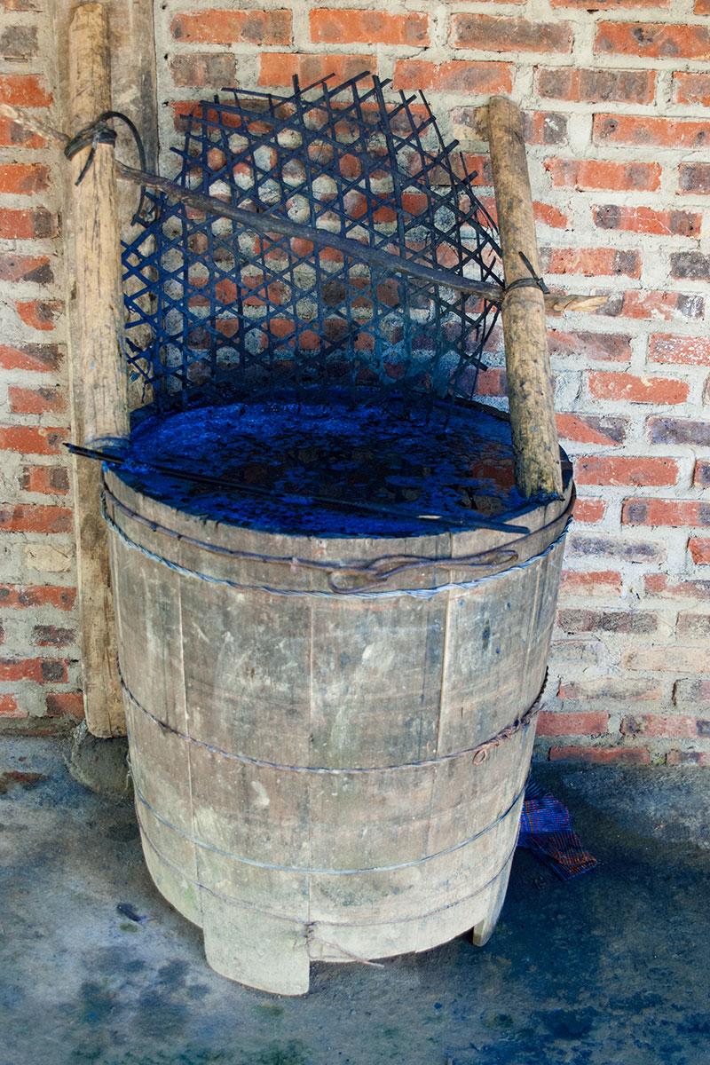 Das aus Pflanzen gewonnene Indigoblau wir zur Herstellung der traditionellen Kleidung verwendet.