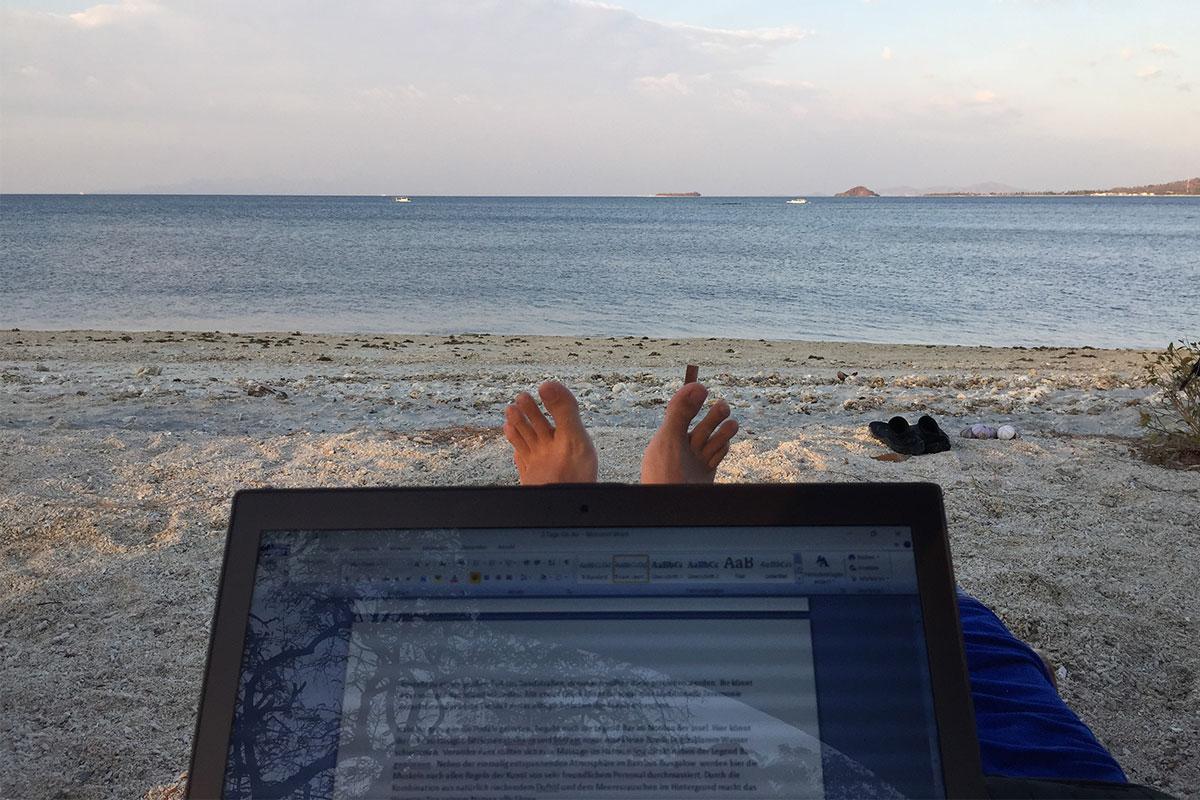 laptop-am-strand-gili-gede-lombok
