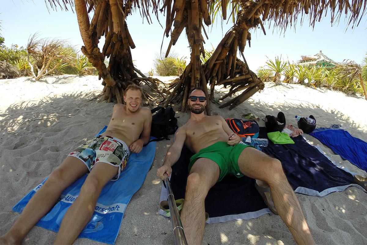 Zwei Chiller am Mawun Strand.