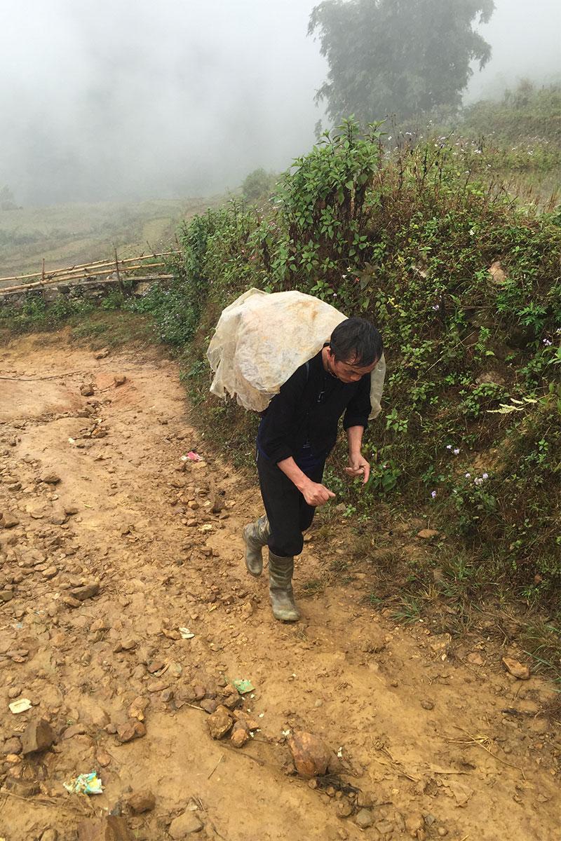 In Vietnam wird ein Sack Reis getragen.