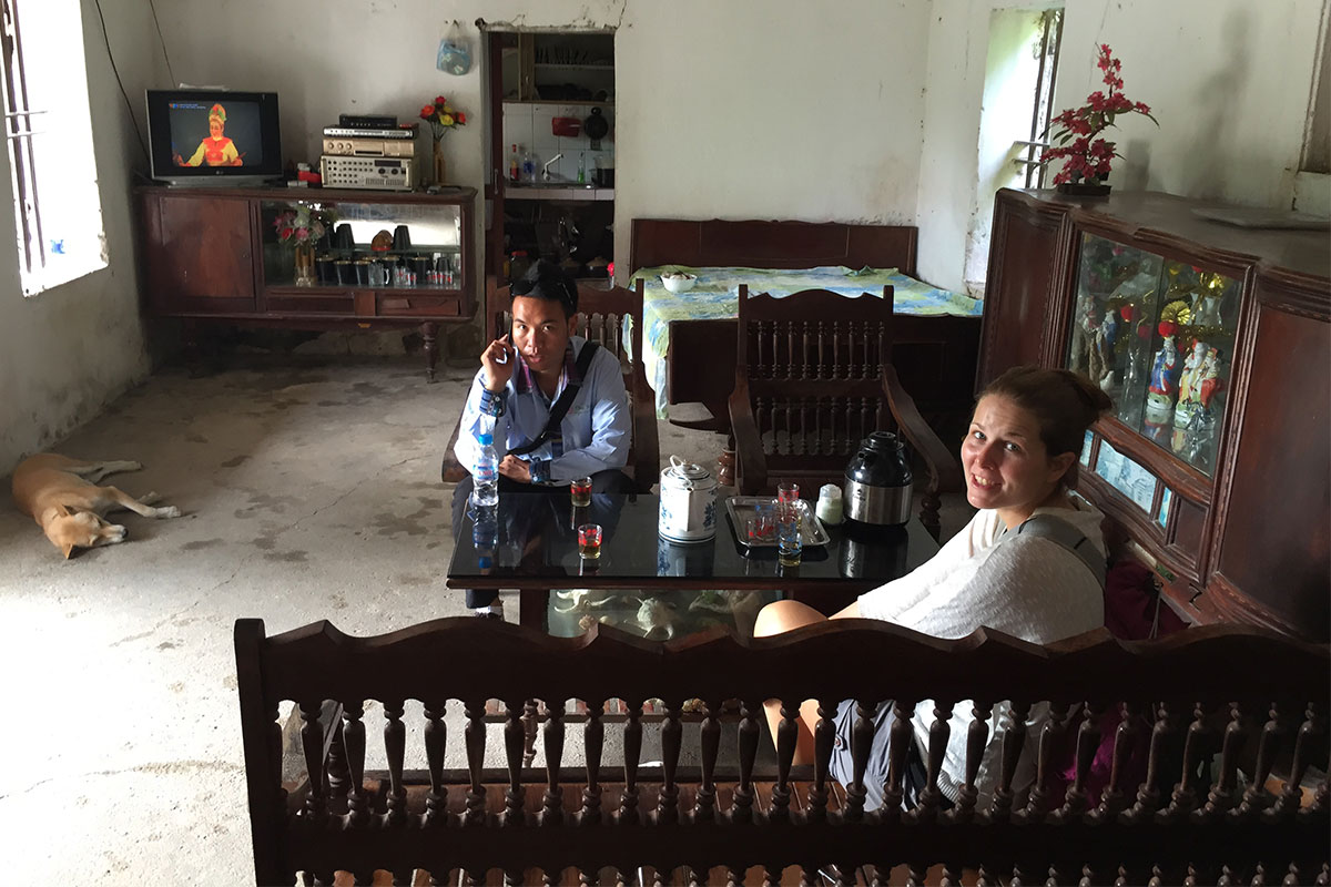 mann-und-frau-in-wohnzimmer-ninh-binh-vietnam