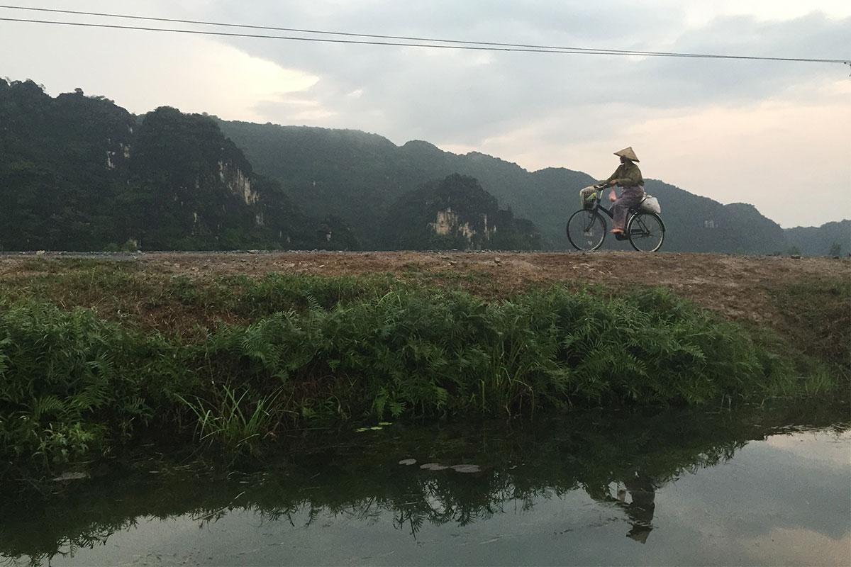 radfahrer-in-trockener-halong-bay-ninh-binh-vietnam