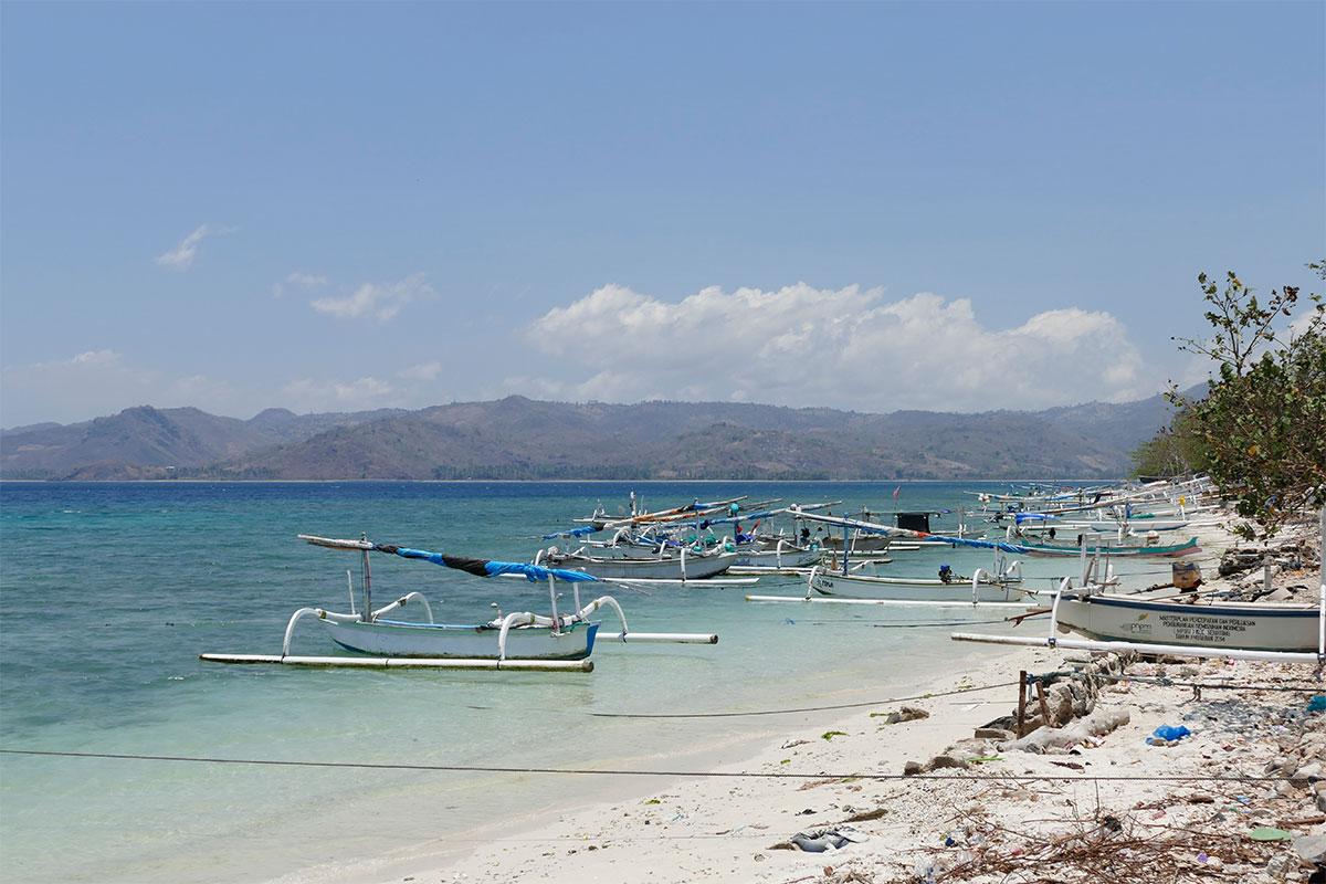 Kleiner Pier mit Fischerbooten.