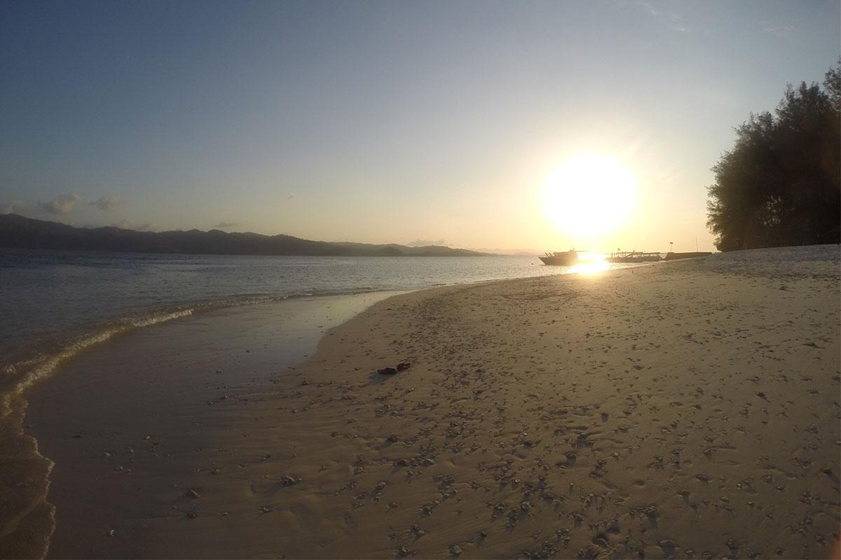 strand-und-sonnenuntergang-gili-nanggu
