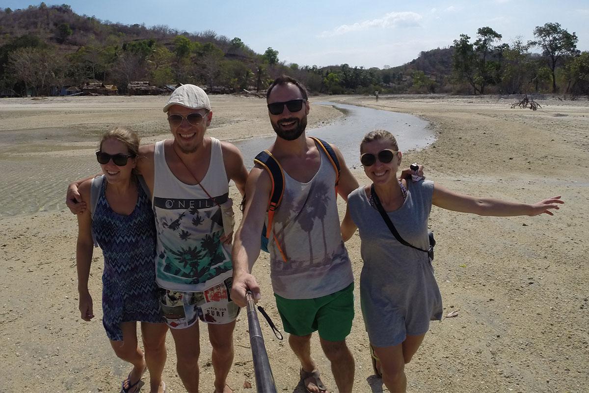 vier-menschen-am-strand-gili-gede-lombok