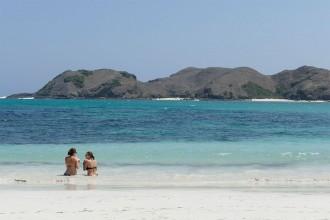 zwei-frauen-am-strand-kuta-lombok