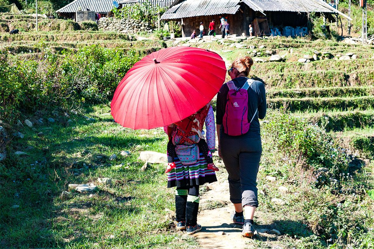 zwei-frauen-regenschirm-sapa-vietnam
