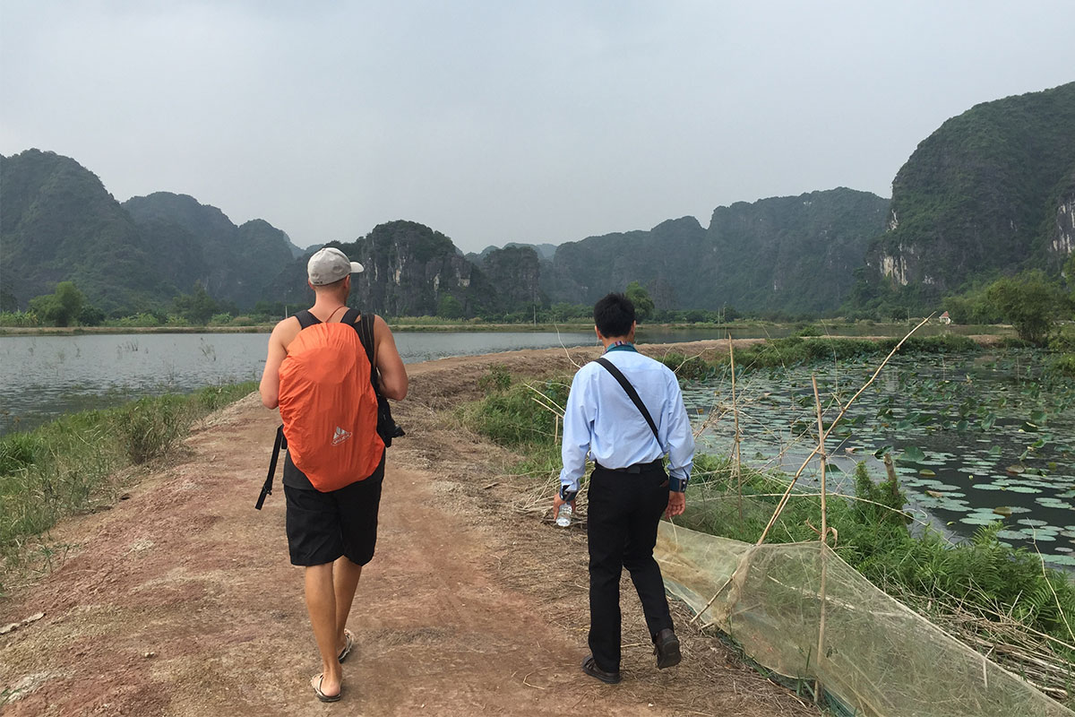 zwei-maenner-trockene-halong-bay-ninh-binh-vietnam