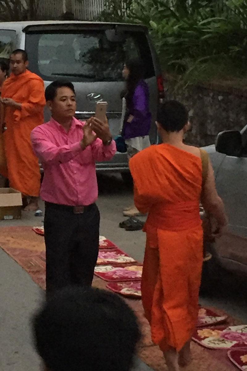 Immer wieder wird die stille Prozession durch fotowütige Touristen unterbrochen.