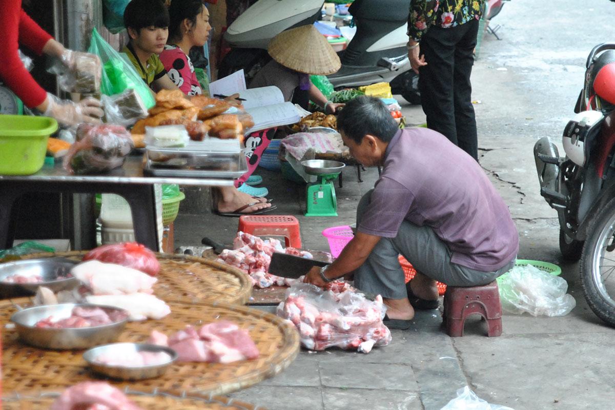 Geschlachtet, zerlegt, gegrillt, verkauft - wird alles auf dem Bürgersteig.
