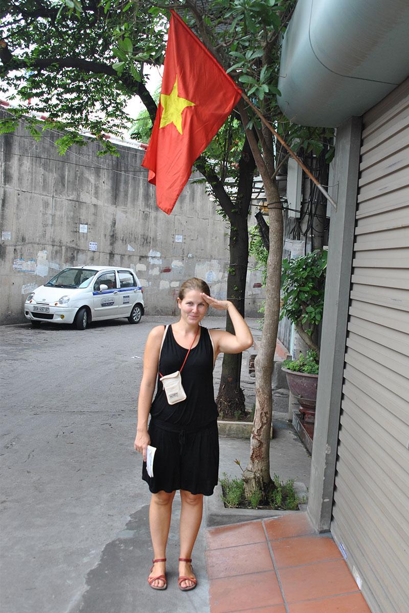 frau-salutiert-hanoi-vietnam
