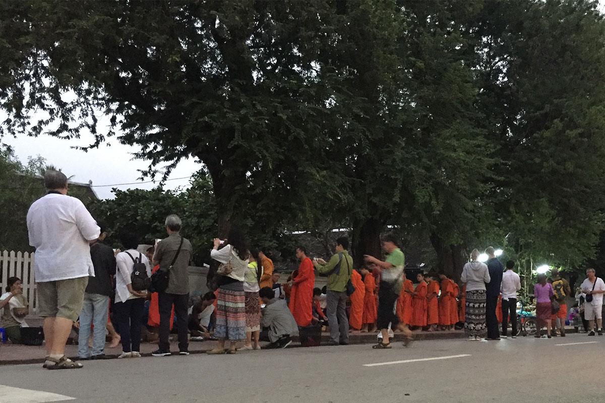 Die Mönche werden während der Tak Bat bedrängt, sobald sie ihre Tempel verlassen.