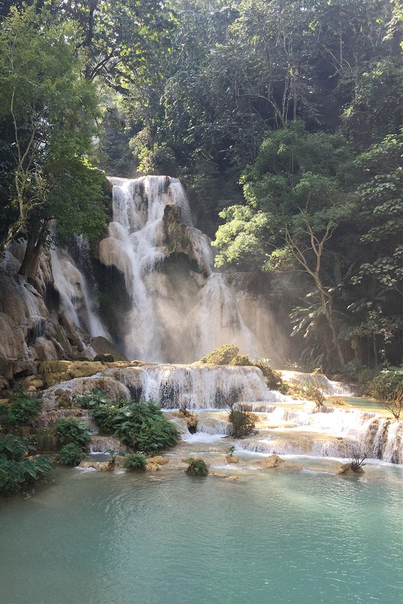 Den mächtigen Kuang Si Wasserfall erklimmen...