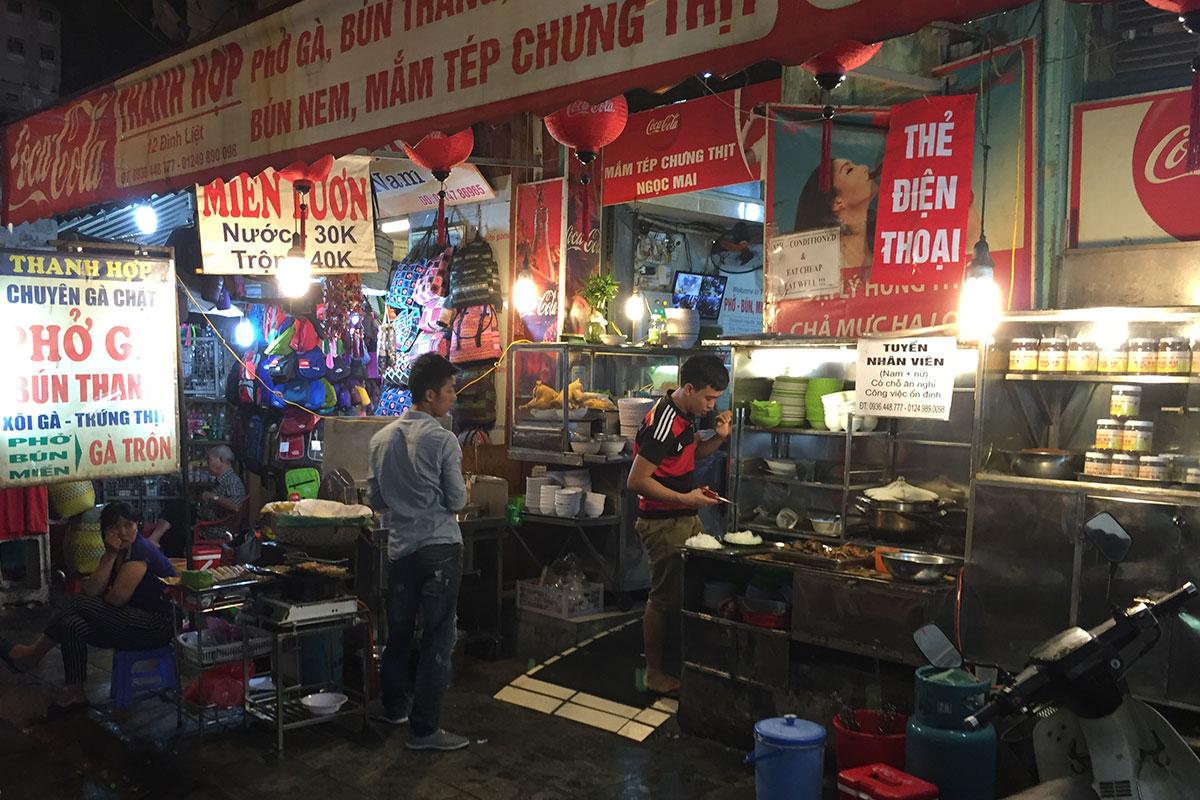 Eine typische Garküche in Hanoi.