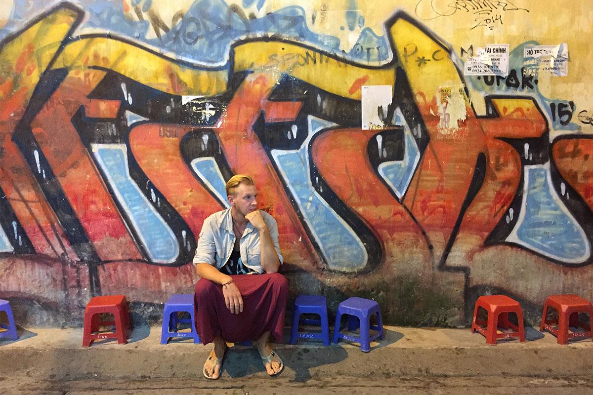 mann-vor-graffittie--hanoi-vietnam