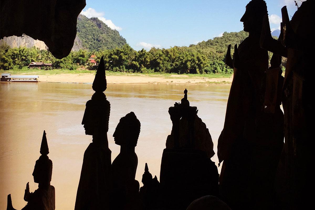 Seinen Lieblingsbuddha in der Pak Ou Cave aussuchen.