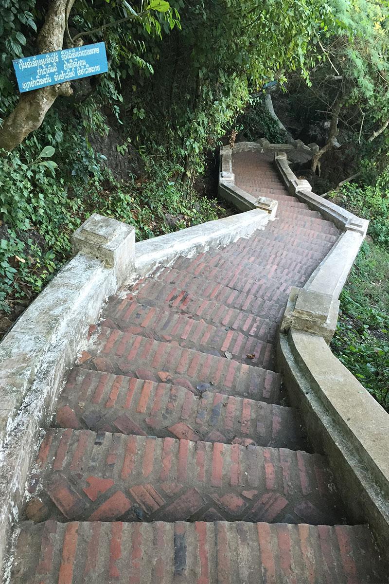 1000 Stufen auf der Suche nach Buddhas Fußabdruck erklimmen.