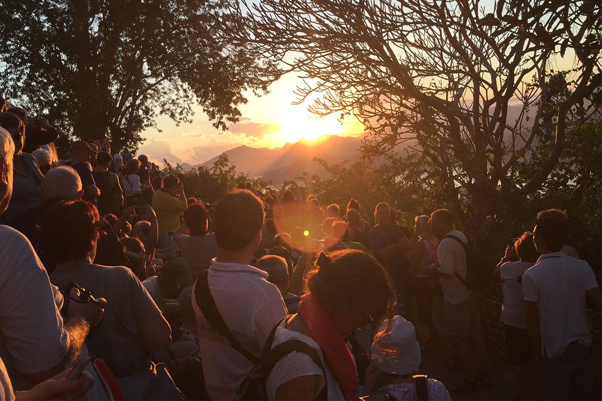 Oder einen Platz für den Sonnenuntergang auf dem Phou Si Mountain erkämpfen.