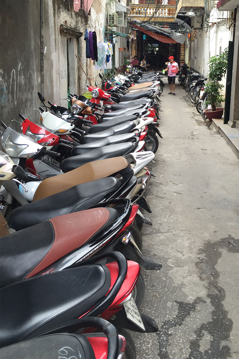 roller-in-seitenstrasse-hanoi-vietnam
