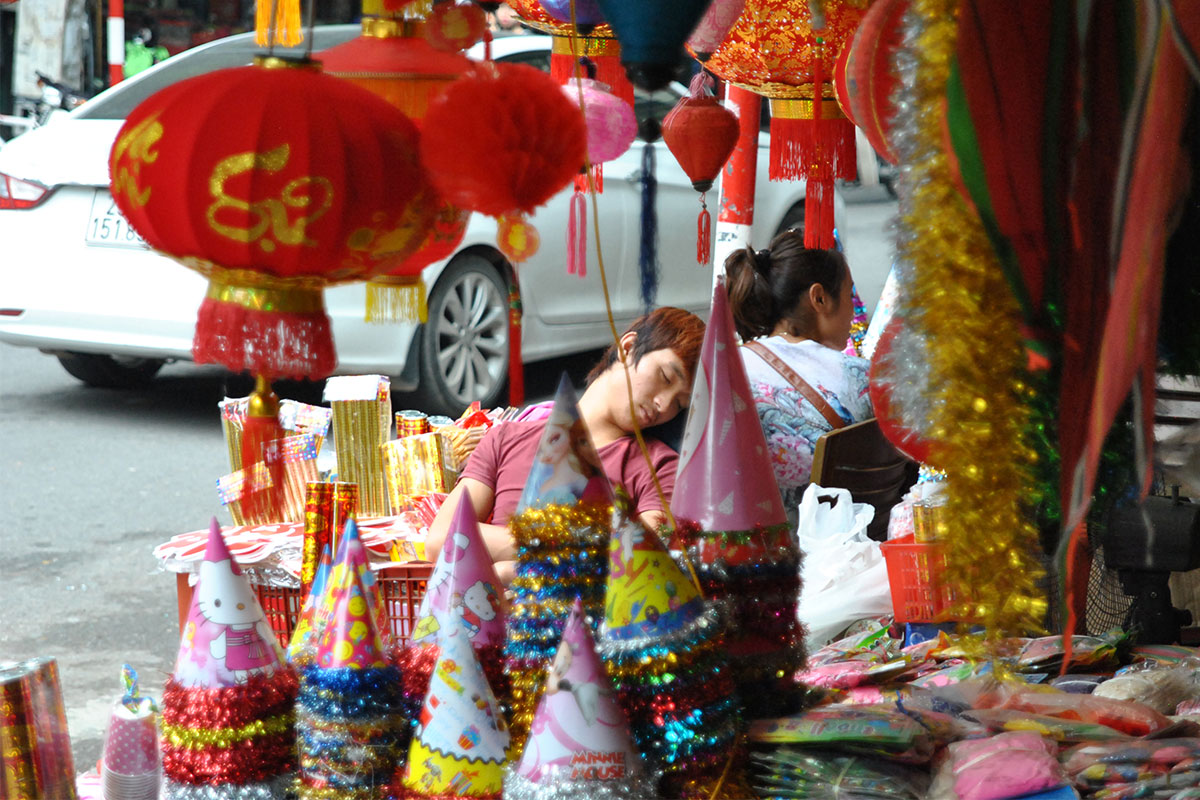 schlafender-verkauefer-hanoi-vietnam